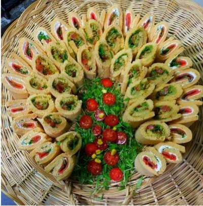 Tranches de pain de mie avec assortiment de préparations à base de viande, de poisson et de préparations végétariennes