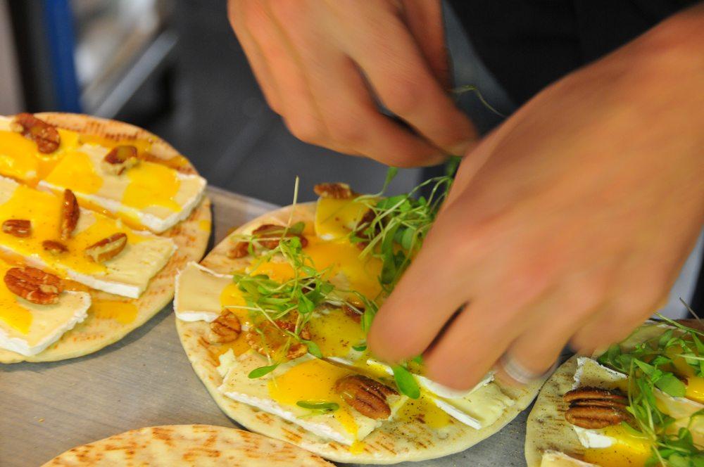 pains polaires avec brie & vinaigrette de mangue maison et noix de pécan