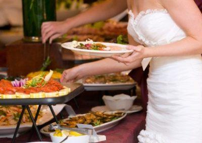Mariée au buffet