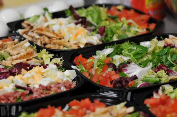 Salades composées avec poulet grillé, tomates, lard, bleu.